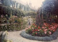 Claude Monet in front of his house in Giverny 1921 Autochrome(Kimbell Art Museum)