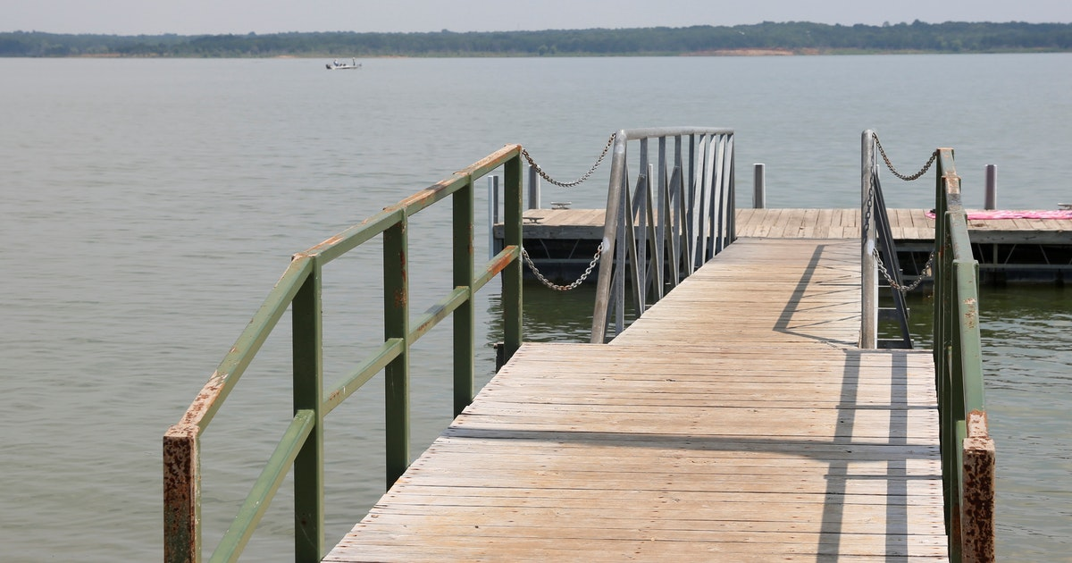 Woman hospitalized after leg struck by boat propeller on Grapevine Lake...