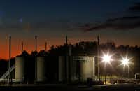 The sun sets behind a wastewater disposal well just outside the city limits of Reno, Texas. In 2015, scientists tied earthquakes in Reno and neighboring Azle to the disposal of wastewater from oil and gas production.(File Photo/Staff Photographer)