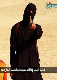 A masked militant  addresses the camera before beheading Steven Sotloff.(HO - Islamic State)