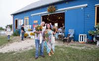 Field to Vase dinner guests leaving with arms full of fresh flowers.( California Cut Flower Commission  )