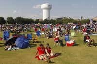People prepare their viewing spots during the Kaboom Town Fourth of July celebration on Wednesday, July 3, 2013, at Addison Circle Park in Addison, Texas.  (AP Photo/The Dallas Morning News, Michael Ainsworth)Michael Ainsworth - AP