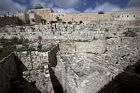 An excavation site reveals a section of the ancient city wall of Jerusalem, dating back 3,000 years to the time of the Bible's King Solomon.(Menahem Kahana - Presse)