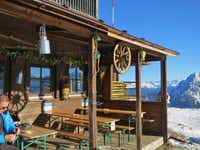 Stubai offers a traditional ski experience. Bonus: You can work on your tan in one of the many outdoor bars. Get a tan in one of the many outdoor bars of the ski huts (Stubai)(Michaela Urban)