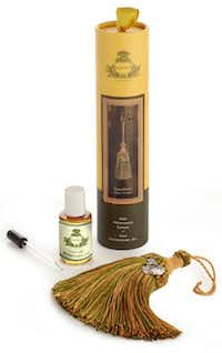 A perfumed tassel of bitter orange diffuses a mixture of clove, citrus and cypress fragrance into the air and can be hung on a door knob, light fixture, or curtain tieback.