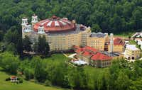 The West Baden Springs Hotel is the smaller of the two historic hotels in French Lick, Indiana.( West Baden Springs Hotel )