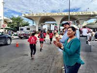Well-wishers clapped Saturday as runners sprinted along Avenida Juárez in Ciudad Juárez on their return to El Paso by way of the Santa Fe International Bridge( Alfredo Corchado  -  Staff  )