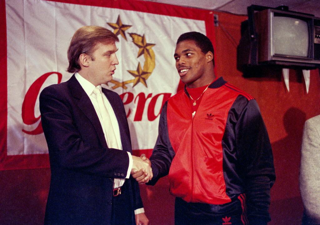 Donald Trump serre la main d'Herschel Walker, sa nouvelle recrue au sein des New Jersey Generals, le 8 mars 1984 (Dave Pickoff)
