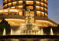 J & G Grill at the St. Regis Mexico City overlooks the landmark Fountain of Diana.