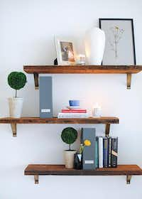 Simple shelving contributes to a clean impression.( Homepolish )