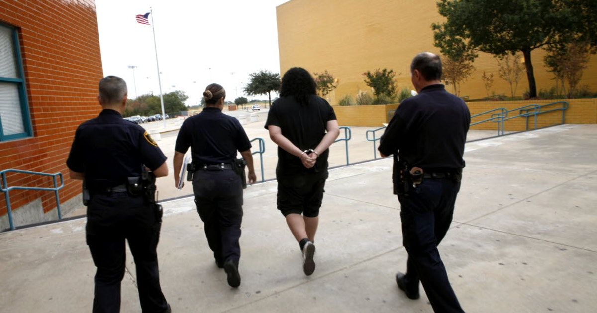 In Texas Courts Turn Truancy Cases Into >> Texas Officials Remind Schools About New Truancy Discipline Laws As